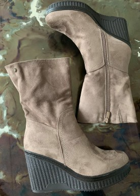 Ariana wedges light